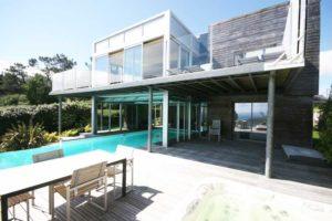 Moderne, architectonische vakantievilla aan het strand met privé-zwembad
