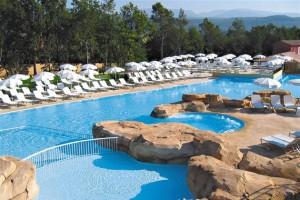 Zwembad met jacuzzi op vakantiepark